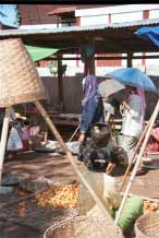Jpeg 65K 2 Padaung women at Kalaw market 9809i09