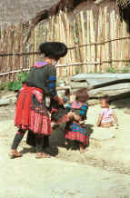 to Jpeg 40K Green Hmong mother and children in a village in Lai Chau province, northern Vietnam 9510f32.jpg