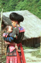 to Jpeg 31K Green Hmong woman and child in a village in Lai Chau province, northern Vietnam 9510f33.jpg